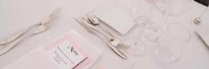 Naczynia na białym obrusie