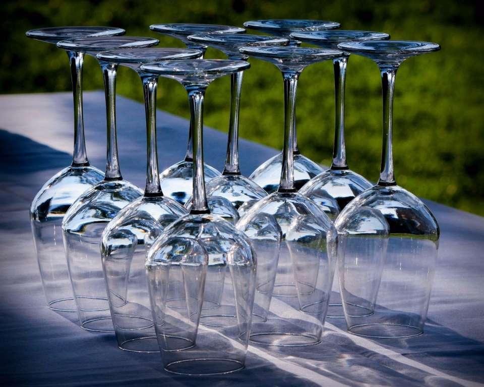 Kieliszki wykorzystane przez catering na imprezie plenerowej