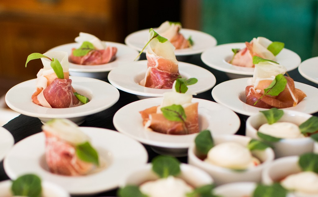 Na co zwrócić uwagę wybierając firmę cateringową?